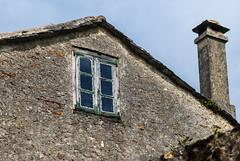 Ventana de madera (Oscar F. Hevia) Tags: wood old roof chimney espaa window stone wall ventana pared spain madera galicia antigua tejado lugo chipping piedra ribadeo desconchado chimea