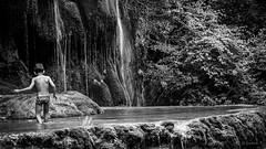 (lesphotosdeludo) Tags: nature bn paysage enfant cascade
