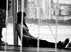 Observando... [ EXPLORED - Jun 4, 2012 #391 ] (De Santis) Tags: camera brazil woman white black praia beach girl beauty sport branco brasil mar nikon surf candid sãopaulo mulher preto sp santos skate moça garota paulo campeonato esporte são sk8 escondida surfe submarino quebra emissário quebramar d3000 fernandodesantis