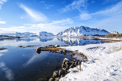 Famme scende..... (Maurizio M.) Tags: travel blue sea sky sun mountain snow reflection beautiful norway clouds canon landscape boat long barca nuvole mare blu exposition cielo neve sole lofoten montagna viaggio paesaggio norvegia maurizio lunga esposizione riflesso bello mercuri daje