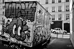 une 2CV passe... (Jack_from_Paris) Tags: r0001510bw ricoh gr apsc capture nx2 lr monochrom noiretblanc street paris tag truck camionnette 2cv citroën angle grand voiture automobile 28mm blackandwhite monochrome