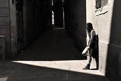 La pared Iluminada...... (Alex Nebot) Tags: robado gotico gotic barcelona barcelone girl chica sol sombra citta ciudad bcn barna mediterraneo nikon tamron 18200 people monocromo bw barrigtic gothicquarter noiretblanc biancoenero ciutatvella catalunya women mujer