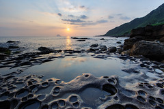 Keelung, Taiwan _IMG_8678 (Len) Tags: ocean sea sky seascape reflection rock stone sunrise landscape daylight  taiwan   dawning sunrays seacoast daybreak keelung 6d northcoast     blackcard         waimushan daybreaking  ef1635mmf28liiusm 1635lii