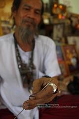 Ayutthaya, Ajaan Kob, sharp needle (blauepics) Tags: tattoo thailand hands steel traditional tattoos needle thai instrument spitz tool yantra gob hnde ayutthaya tattooing stahl kob sak nadel sharpening werkzeug ajarn yant traditionelle ttowieren schrfen ajaan