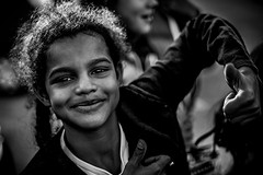 Soleil rasant (PaxaMik) Tags: portrait face hands noir noiretblanc joy contraste mains sourire joie visage rire nb portraitnoiretblanc