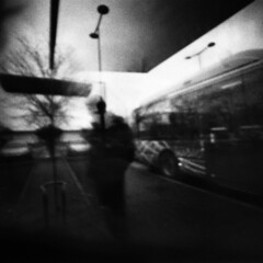 el paradero fantasma (GMH) Tags: camera bw bus film waiting nb bn pinhole stop toulouse ilford fantasma espera argentique estenopeica transporte tiempo attente arrt paradero stnop annimo anloga pasajero ltytr1