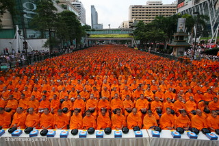 Almsgiving to 22,600 monks at Pratunam-Central World