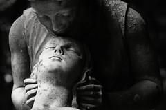 DSC_9782a (Fransois) Tags: bw love cemetery statue kiss montréal amour eternal baiser cimetière côtedesneiges éternel