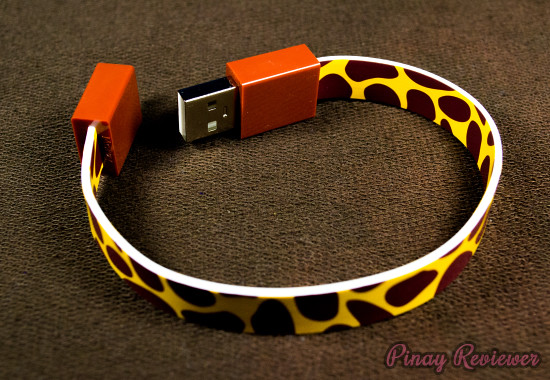 Mohzy Loop Cable can be used as a wristband or hooked on your bag because of the magnets