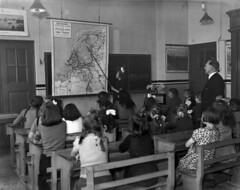 05-00-1949_06141 Schippersschool St. Nicolaas (IISG) Tags: school girls boys amsterdam work children workers map interior interieur labor working kinderen teacher labour worker meisjes klas werk kaart arbeid lokaal occupations jongens leraar schoolbord professions klaslokaal beroepen benvanmeerendonk schoolkaart