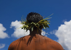 Man With Traditional Headdress In Tapati Festival, Easter Island, Chile (Eric Lafforgue) Tags: chile sky cloud color colour latinamerica southamerica festival horizontal chili pacific competition bluesky worldheritagesite pacificocean warrior easterisland oneperson ethnicity colorphoto rapanui isladepascua latinamerican hangaroa midadult southpacificocean  onemanonly 2726  nativeman ili  unrecognizableperson polynesianisland midadultmen   ile    southeasternpacificocean polynesiantriangle chileanpolynesia lowkeyangle