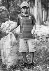 (Alberto Cavazos) Tags: bw 50mm14 canon vanon50mm f14 primelens children poverty nio lata rio rioramos albertocavazos allendenl mexico pobreza recojelatas tkt coors lapeota lapeita