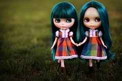 Blythe a day May 18 ~ Sisters (Voodoolady ) Tags: alexis sisters factory dress teal pam translucent blythe mold tiffany emerald princessalamode tomaticopartio blytheadaymay