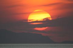 Don't let the sun go down on me... (Semmibeee) Tags: italien sunset italy sun sol capri la mar meer mediterraneo italia tramonto mare sonnenuntergang bonita sole sonne isla mediterraneansea gegenlicht intothesun 800mm againstthelight mittelmeer maremediterraneo castelabate semmibeee shotfromcastelabate