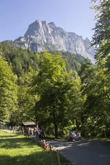 Trummelbachfalle - montanhas e caminho indo para as Trummelbachfalle (CartasemPortador) Tags: bern lauterbrunnen cachoeira quedas interlaken dgua trmmelbach trmmelbachflle