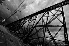 Le Tracel de Cap-Rouge 3 (Sous l'Oeil de Sylvie) Tags: railroad bridge sky blackandwhite train noiretblanc pentax ciel qubec drama caprouge sigma1020mm k7 dramatique voieferre pontferroviaire sousloeildesylvie letraceldecaprouge ponttrtaux