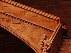 l'espera (Joan Pau Inarejos) Tags: medieval escalera subida gtica gtico bajada peldaos carrerhospitaldebarcelonajuny2012 callehospitaldebarcelonajunio2012