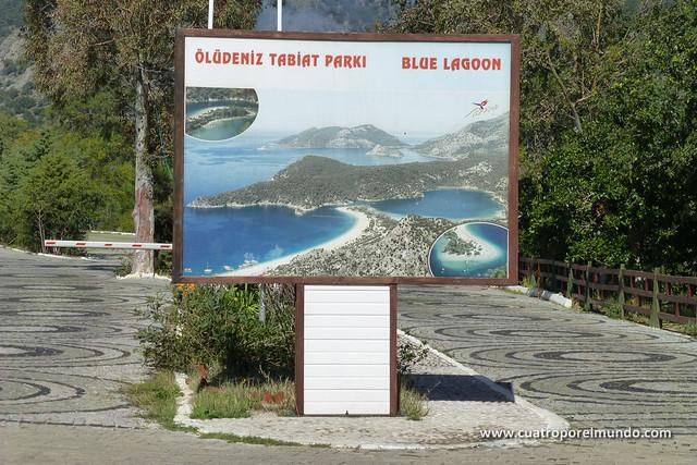 Cartel en la entrada a Oludeniz Playa