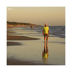Playeando... (ngel mateo) Tags: sunset espaa man reflection atardecer andaluca waves walk playa paseo cap shore reflejo gorra bathing cdiz olas hombre baador orilla playadelabarrosa ngelmartnmateo ngelmateo
