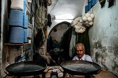 il peso del cotone (Armando Magro) Tags: people canon iran gente kashan bazar