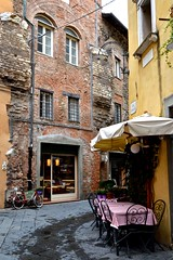 Lucca, via Canuleia (Irene Grassi (sun sand & sea)) Tags: italy bicycle italia lucca tuscany piazza toscana anfiteatro bicicletta anfiteatroromano