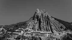 Rocher de la Baume (Peter Jaspers) Tags: bridge blackandwhite bw cliff france rock facade french blackwhite zwartwit pierre olympus bn paca provence luberon zuiko moutains omd roche montagnes sisteron 2016 blancetnoir em10 blancnoir alpesdehautesprovence rocherdelabaume 918mm frompeterj gatetoprovence entredeprovence
