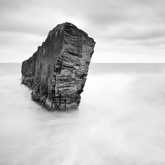 Black and White (Gujn Ott) Tags: longexposure sea sky bw cloud white black nature water landscape rocks munaarnes sjr nttra vatn sk svart himinn klettar landslag ott hvt sjlfsbjrg