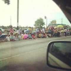 ประชาชนมารอรับเสด็จในหลวงและพระราชินี เห็นแล้วปลาบปลื้มมากครับ ขอพระองค์ทรงพระเจริญ