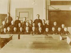 PEM-BYM-00055 Skoleklasse med lærer i k by Perspektivet Museum, on Flickr