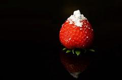 Erdbeere (Theo Crazzolara) Tags: erdbeeren strawberries fruits früchte rote red reife ripe sweet süs zucker staubzucker sugar white black schwarzer hintergrund weiser background green grün studio macro makro foodporn essen obst gesunde gesundheit healthy health diet strawberry juicy saftig nikkor nikon d5100 reflection