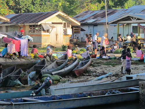 Morning market, Munda, Western Province, Solomon Islands. Photo by Kirsten Abernethy, 2011