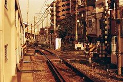Todoroki Crossing (The 10 Thousand Things) Tags: station train walking iso100 lomography warm crossing minolta tracks pedestrian goldenhour srt101 todoroki efx rokkor ei50 redscale lomofilm mcrokkor 58mm14 redscalexr