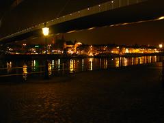 Hoeg Brugk . . . (willem_huwae) Tags: canon maastricht nacht maas lampen weerspiegeling kleur rivier verlichting hoeg img0140 willemhuwae brugk