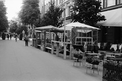 restaurant serving in the street (Mister.Marken) Tags: blackandwhite 400tmx kodakfilm olympusom2 restaurant streetphotography