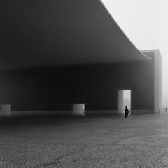 Álvaro Siza (António Alfarroba) Tags: fog walk lisboa lisbon 120film lissabon lisbonne parquedasnações expo98 siza nevoeiro hasselblad501cm sizavieira álvarosiza pavilhãodeportugal ilustrarportugal