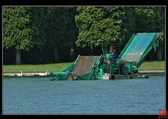 Tondeuse pour algues (mamnic47 - Over 7 millions views.Thks!) Tags: machine versailles grandcanal algues châteaudeversailles parcdeversailles img4389 faucardage tondeusepouralgues