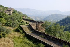 Une autre grande muraille (another great wall) (Larch) Tags: trees india nature wall country campagne arbre rajasthan inde muraille autofocus grandemuraille भारत kumbhalgarh भारतगणराज्य bhārat bhāratgaṇarājya fortdekumbhalgarh photographyforrecreation rememberthatmomentlevel1 rememberthatmomentlevel2 infinitexposure