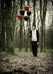HAPPY! (Jorn Idzerda) Tags: forest pose balloons model woods fotografie sad clown flash balloon makeup jorn dennis mime friesland mua triest ballonnen visagie strobist strobism huver jornidzerda idzerda flitsfotografie ynke