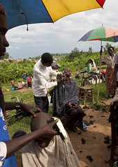 Haircut in a market near Kigali - Rwanda (Eric Lafforgue) Tags: africa haircut umbrella hair outdoors market outdoor rwanda parasol afrika saloon coiffeur commonwealth marche coiffure parapluie afrique eastafrica ombrelle centralafrica 2687 kinyarwanda ruanda haidress afriquecentrale     republicofrwanda   ruandesa