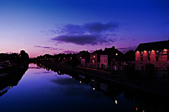 dusk (kilkenny, eire) (bloodybee) Tags: street bridge blue kilkenny ireland sunset sky reflection building water clouds river landscape town europe purple dusk violet bank eire nore