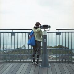 standing on tiptoes. (TAT_hase!) Tags: kodak c hasselblad portra planar 江ノ島 160 80mm viewingplatform 展望台 写真部 enoshimaisland 503cxi 少しでも高く!