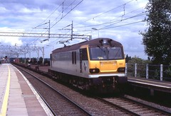 92033 . Cheddington Station . Wednesday 06th-July-2005 . (AndrewHA's) Tags: electric train railway loco locomotive westcoast 92 freight containers intermodal ews 4051 traffordpark wcml class92 thamesport 92033