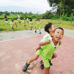 (Cak Bowo) Tags: boy kids digital children indonesia square nikon snapshot tokina kindergarten dslr documentation tk bocah eastjava anakanak dokumentasi probolinggo 1116mm tamankanakkanak d300s tokina1116mmf28 tokina1116mm nikond300s desapurut