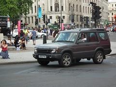 Land Rover Discovery (kenjonbro) Tags: 2003 uk england london westminster grey 4x4 trafalgarsquare rover automatic land es suv landrover discovery charingcross sw1 td5 kenjonbro fujifilmfinepixhs10 ld53fau