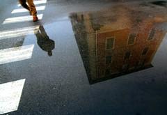 La citt ai tuoi piedi (meghimeg) Tags: man reflection walking crossing brain uomo pioggia riflesso passeggiata attraversamento cairomontenotte