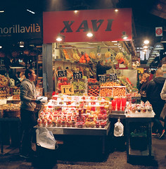 Juice at the Market (JoetheLion) Tags: barcelona espaa spain agfaisolette laboqueria isolette agfaisolettei isolettei