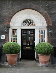 Doorway: Beaufort Street (Curry15) Tags: door london puerta topiary chelsea box porta porte riverthames 18thcentury georgianarchitecture fanlight beaufortstreet alongthethames gradeiilisted sw10 boxplants bellevuelodge 91cheynewalk