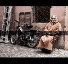 (ojobionico) Tags: street man calle motorbike moto marocco marrakech marruecos hombre chilaba djellaba