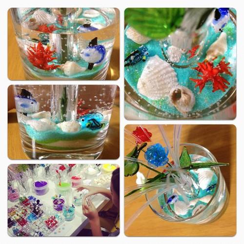 ジョイキャンドルのフラワーバージョン。色砂しいてガラスのキャラや貝を並べて、ジェルで固めてできあがり。世界にひとつだけの夏のグラス作れてムスメにこにこ。