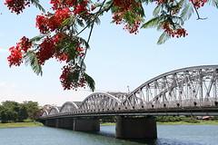 Cầu Trường Tiền và dòng Hương Giang , nét duyên dáng và lãng mạn như một bài thơ